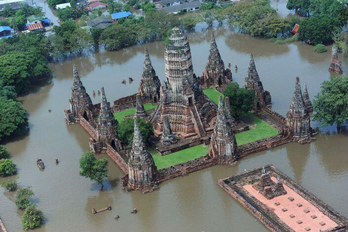 Древняя столица Таиланда Аюттхая во время наводнения. Фото